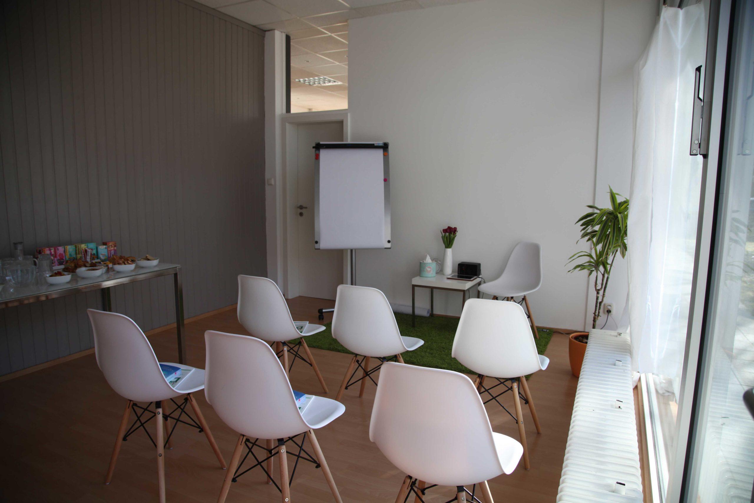 Seminarraum mit Stühlen