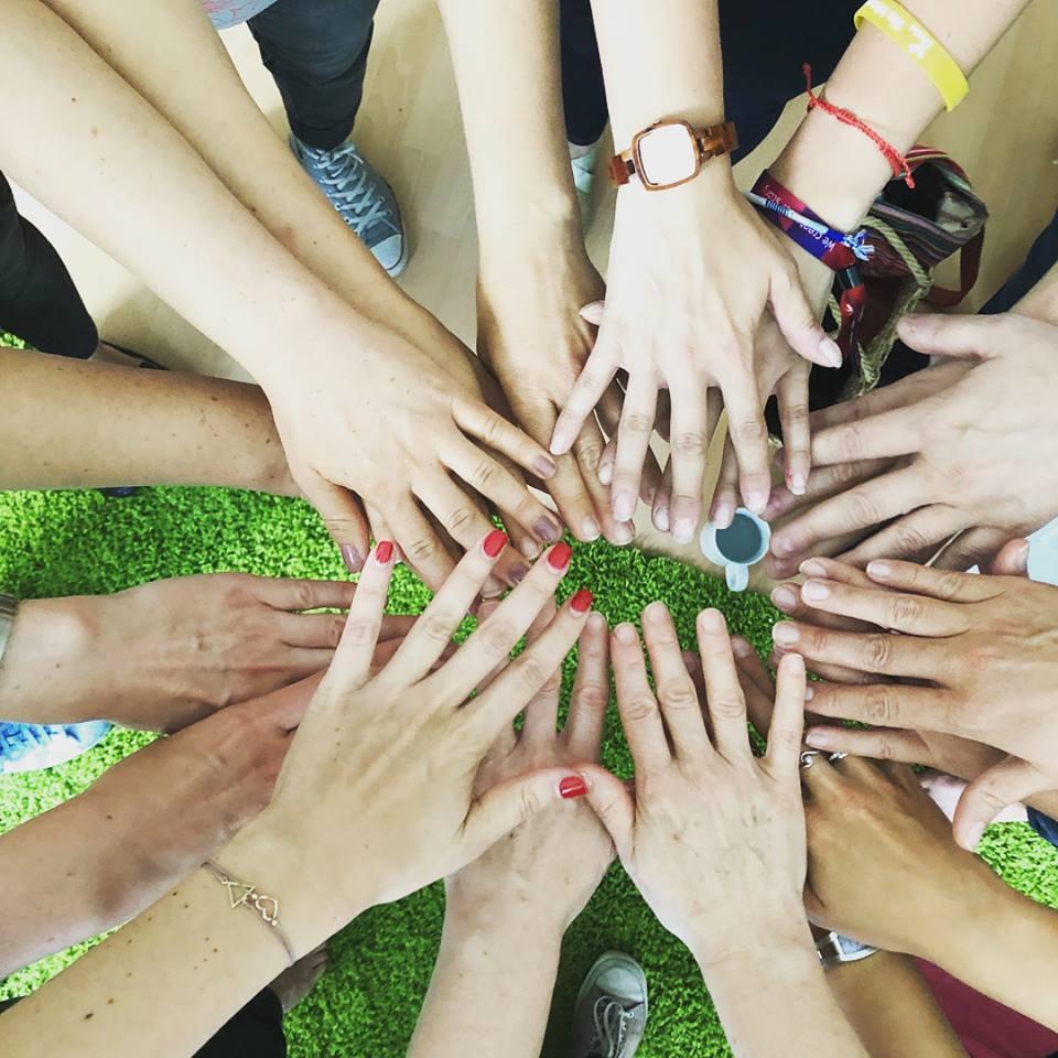 Seminarteilnehmer halten ihre Hände zusammen