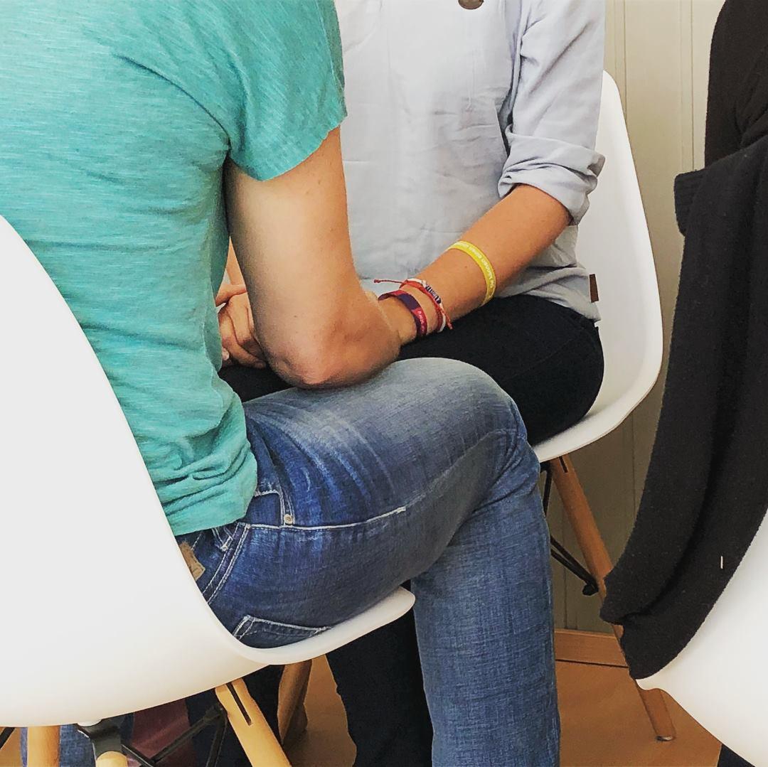 Zwei Seminarteilnehmer halten Hände während einer ThetaHealing Sitzung