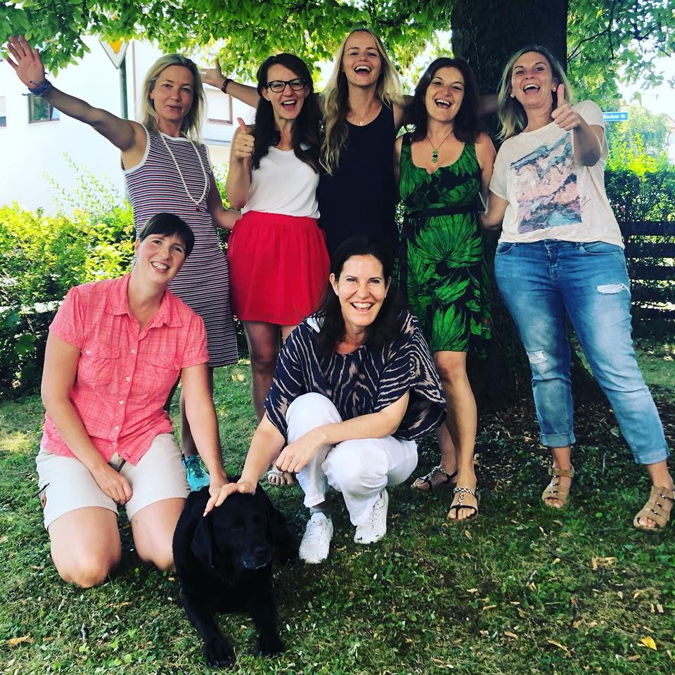 Gruppe vin glücklichen Seminarteilnehmern jubelt