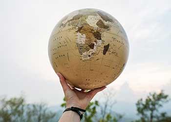 Hand hält einen Globus